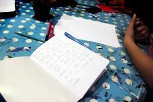 Nioåriga Ester Najjar har efter tre träffar hunnit skriva flera sagor, men hon är inte redo att publicera dem riktigt än.