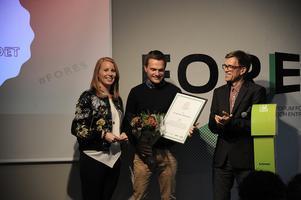 Falu kommun kom på tredje plats när utmärkelsen Laddguldet delades ut. På bilden ses Annie Lööf, partiledare för Centerpartiet, Daniel Asplund (Falu Energi & Vatten) och Mattias Goldmann (vd för tankesmedjan Fores med 2030-sekretariatet och Klimatkommunerna).