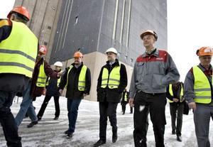 Efter träffen med företagsledningen och facken fick statsministern göra en rundvandring på fabriksområdet.