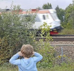 Tågspaning. Verkar tycka att det är läge att hålla för öronen. Foto: Lars Lundin, Hallstahammar