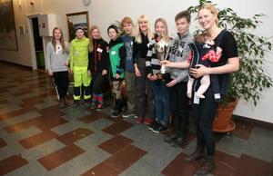 Helena Ekholm och 4,5 månader gamla Moa delade ut priserna till de elever från Hansåkerskolan i Stugun och Funäsdalens skola som delade förstapriset i årets upplaga av Skogens Mästare.