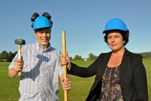 Abbe Ronsten och Lotta Bergstrand (FP/L), vice ordförande i kommunstyrelsen, i samband med att de nya villatomterna på Skönvik (bostadsopmrådet Skönviks Strand) presenterades, i augusti 2013.