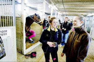 Mikaela Melander red mycket när hon var mindre, men slutade när hon blev lite äldre. Nu har intresset för hästar kommit tillbaka igen. Sofia Rödén Björling har egen häst på ridskolan.