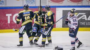 Johan Lorraine, Jonas Westerling och Petter Lindberg jublar efter ett mål.