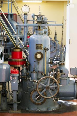 En generator från 1924 i maskinhallen i Tolvfors. Trots en ålder på 87 år går den fortfarande.