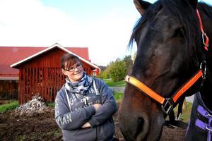 Hon arbetar som personlig assistent men även ibland på Stall Högberget åt hennes vän Linda Engvall.