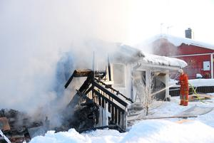 DÖDSBRAND. Två män i 30-årsåldern omkom i en våldsam villabrand i Sidensjö, tidigt på söndagsmorgonen den 27 januari. Det var en granne som upptäckte branden och när räddningstjänsten kom dit var huset redan övertänt.