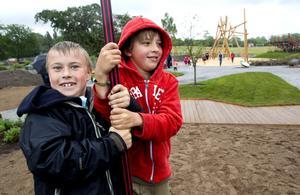 Jätteroligt. Olle Svanberg, 8 år, och Melvin Tell, 9 år i dag, när de testade de ovanliga gungorna.Foto: kenneth hudd