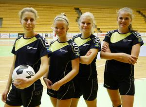 Mikaela Larsson, Kajsa Eliasson, Pauline Englund, Matilda Jansson  laddar för futsal-EM.