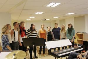 Musikglädje. Eleverna har deltagit i flera konserter, här repetition inför ett framträdande i Norbergs kyrka 2013. Foto: Thimmy Mård/arkiv
