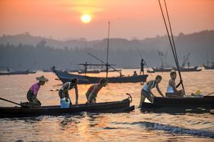 Möt folket i Burma. Här en båttur i Ngapali.