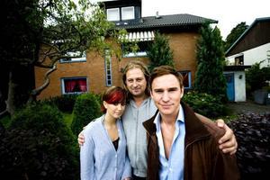 """WEBBSERIE. SVT lanserar i höst """"Riverside"""" en avknoppning av dramaserien """"Andra avenyn"""", men som bara ska finnas på nätet. Här är regissören Mikael Hansson omgiven av skådespelerna Frida Bagri och Jonas Bane."""