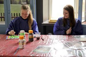Jennifer Olsson och Agnes Åsblom målar tillsammans.