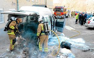 Troligen var det en lampa, som saknade skyddsglas, som var orsak till bilbranden i fredags. Det var när kommunanställda lastade returpapper som minibussen började brinna.