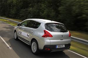 Peugeot lanserar 3008 som ett multifunktionsverktyg: lite suv, lite mpv, lite vanlig familjekombi. Med hybriddrift och fyrhjulsdrift blir bilden än mer komplett.