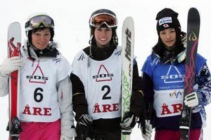 Tre tjejer som trivs i Åre. Från vänster ser vi gårdagssegraren och österrikiskan Margarita Marbler. Till höger om henne tvåan Jennifer Heil från Kanada, följt av japanskan Aiko Uemura som slutade trea.