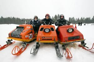 PISTVAKT? Anders Hansson, Nicklas Rosén och Lars-Erik Andersson trivdes i brandgult sällskap vid veteranträffen i Ockelbo.