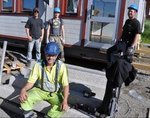 Chauffören Per Söderling, Örnsköldsvik, närmast kameran, och Magnus Busk, Daniel Modin, Magnus Hagström, Bräcke, som på onsdagen jobbade med att plocka bort de sista av de kontors- och skollokalmoduler som Bräcke kommun hyrt för skolan i Gällö.