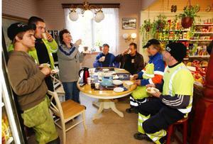 När festen vid asfaltläggaren var över fortsatte tårtkalaset inne på affären Valsjöbua för bybor och väggubbar.