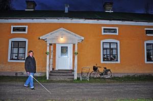 Petter Lindström, 55 år, bor i en av lägenheterna på Skolvägen i Tobo. Innanför de gamla husen finns mögel och vattenskador och fönsterrutor är trasiga.