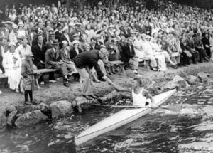 Segrare. Tävlingsledaren (men också redaktör och ansvarig utgivare på NP) Gunnar Norberg gratulerar Helge Leonardsson, segraren i kanotpaddling.