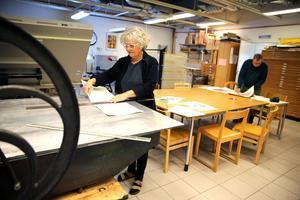 Konstnär Monika Wennergren i Orsa konstgrafiska verkstad. Arkivbild.