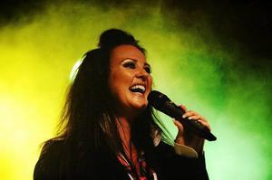 Nina Söderquist är mest känd som musikalartist, men i helgen spelar hon tillsammans med heavy metal-bandet Trail of Murder.