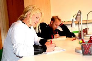 Eva Johannesson och Jonas Edlund är två av första studenterna i det nya Campus Sälen och kombinerar säsongsjobben med högskolestudier.