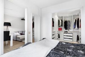 Walk in closet i sovrummet.