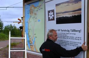 Info-tavla. Kenneth Westgärds lägger sista handen på den egenhändigt tillverkade skylten i Kullsbjörken
