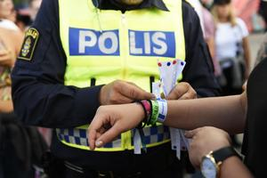 Polisen delar ut