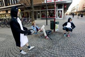 Pingvinerna John Nylander och Andreas Åhman jagades av Jens Berglund. Här har de tagit en paus i sitt springande och njuter av ledmotivet till Rosa pantern.
