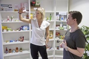 Hälsopedagogerna Kicki Pettersson och Josefin Näs berättar att vanliga livsmedel kan innehålla mycket tillsatt socker.