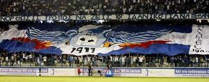 Trots att Anorthosis hemmaarena bara tar in drygt 9000 åskådare är det bra tryck på läktaren. Notera de grekiska flaggorna i läktararrangemanget. Grekcypriotiska Anorthosis håller, sedan den turkcypriotiska invasionen 1974, till i Larnaca, men har behållit ortnamnet Famagusta i klubbnamnet. Någon dag hoppas laget även kunna återvända dit.