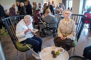 Inga-Britt Eriksson och Beatrice Lönnqvist fick sittplatser i restaurangen. Bakom syns kön. Många ville smaka på munsbitarna det bjöds på. Beatrice talade uppmuntrande om hur genomtänkt hon uppfattar att allt är.