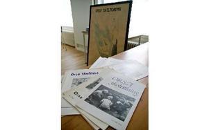 Ett antal exemplar av Orsa skoltidning, som gavs ut i mer än 60 år, visas, liksom gamla skolteckningar som f d bildlärare Siv Åsenlund tagit vara på.
