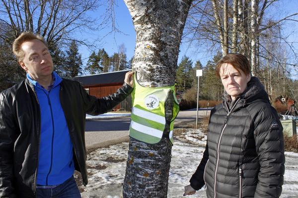 Susanne och Johnny Johansson anser att olyckan inte hade hänt om sonen Elias fått stiga av bussen vid hållplatsen vid deras egen tomt.