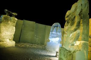 I det blåa och gula skenet fick isskulpturerna en extra dimension som framträdde vackert i den mörka vinterkvällen.