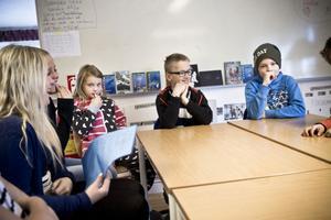Klara Hammarström, Selma Hammarström, Josefin Vålberg, Gustav Korell och Ville Bergström gillar sin skola. – Lärarna tänker på hur vi känner det, säger Josefin och syftar på att lärarna tänker på hur eleverna mår och hur de helst vill lösa en skoluppgift.