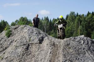 Lukas Bengtsson från Njurunda MK flyger över hindren och går mot seger i klassen E0.