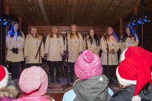 Många ville höra TH:s luciakandidater sjunga på torget i Sveg.