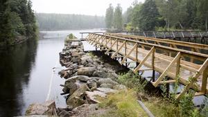 En provisorisk träbro har byggts vid sidan av piren för att göra det möjligt att restaurera.