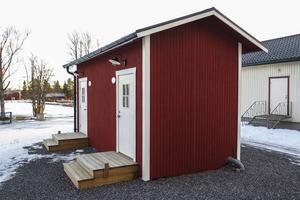 I toaletthuset som byggdes i maj i år finns det tre damtoaletter, två herrtoaletter och en kissränna.