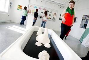 """Anna Norléns installation """"Under ytan"""" visar en gravid, badande kvinna. """"Jag var ute efter ett rofyllt uttryck"""", säger konstnären själv."""
