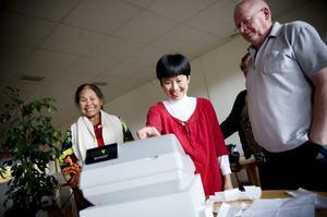 Mali Bankrathok, Wen Lindberg och Tommy Lindberg bekantar sig med kassaapparaten.