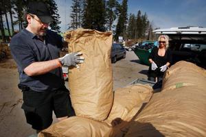 Det var kö redan vid Flextronics när Olof Johansson och Ki Jönsson, Lugnvik, kom med en släpvagn lastad med ett stort parti välfyllda papperssäckar.