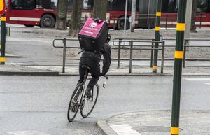 Ett cykelbud från Foodora kör ut mat till kunder. Ett oseriöst företag, enligt skribenten.