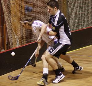 David Fernros attackerar en Albaspelare.