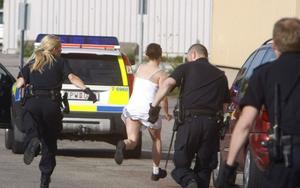 En kvinnan som viftat med en stor kniv omhändertogs på midsommaraftonen. Här försöker kvinnan springa ifrån poliserna.