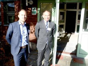 Rådman Kent Ehrenhöök och tingsrättschefen Göran Ingebrand hälsade besökarna välkomna till öppen domstol.